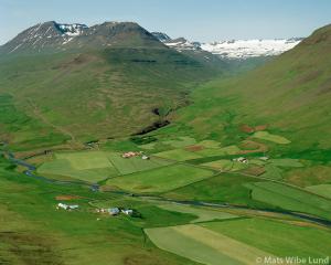 Búðarnes, Myrkárbakki og Myrká séð til vesturs. Eyðibýlin: Myrkárdalur og Stóragerði upp í dalnum í bakgrunni.
