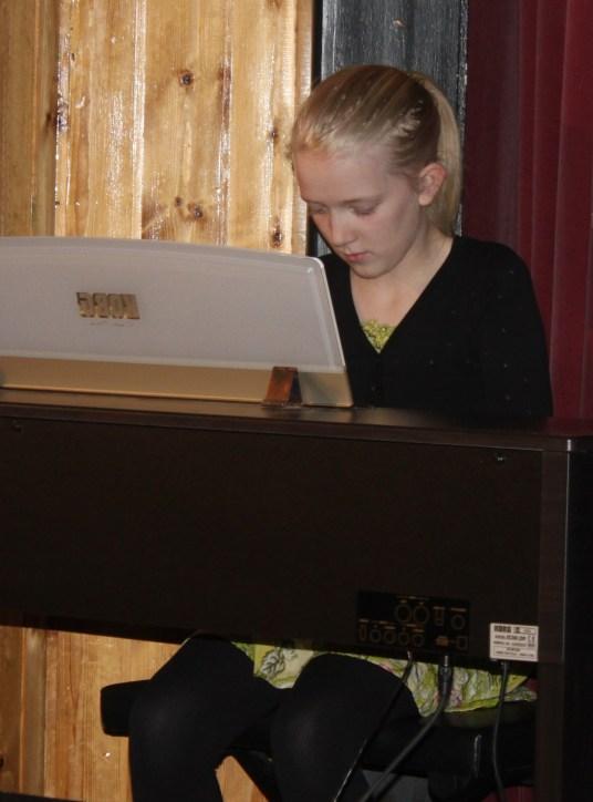 Katrín einbeitt á píanóinu